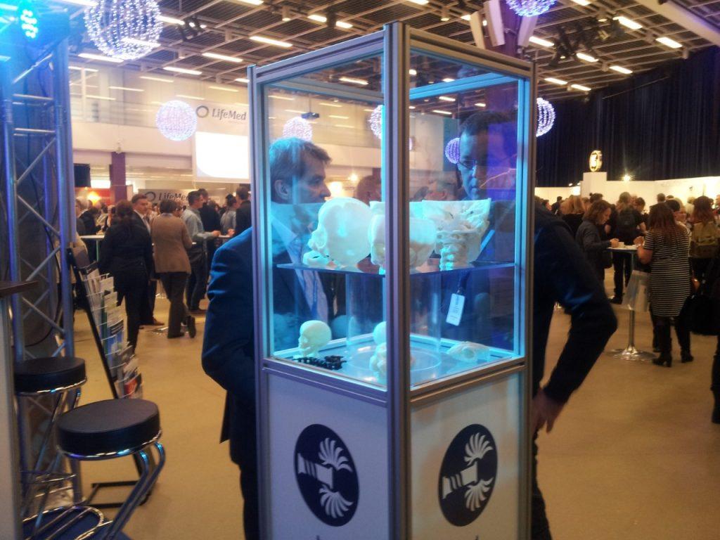 Matti Olsen esittelee 3D-pikamallilaitetta Sädeturvapäivillä.